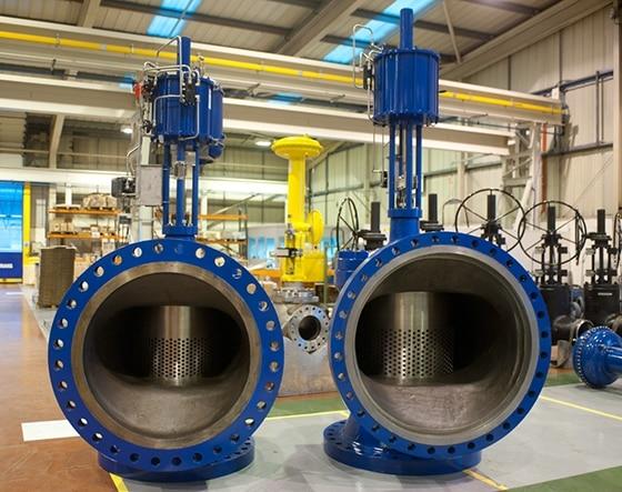 På billedet ses to blå Blakeborough reguleringsventiler ved siden af hinanden