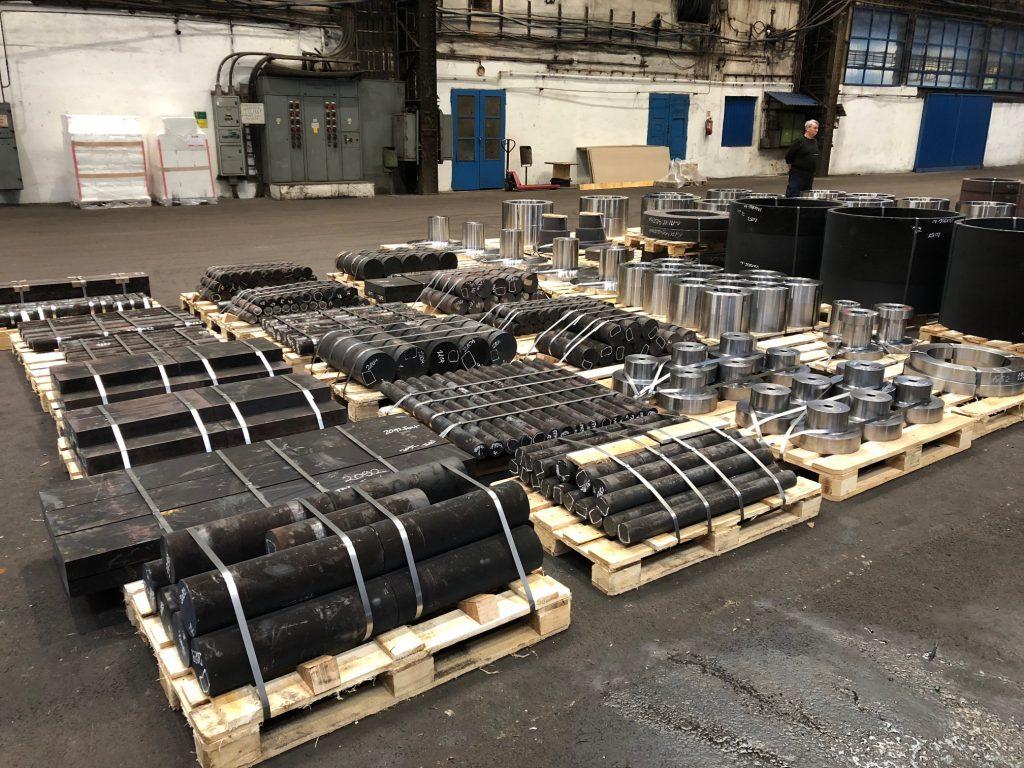 Billedet viser nogle paller fyldt med smedede emner.